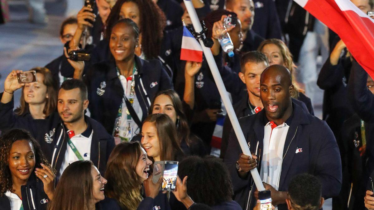 Teddy Riner et la délégation française à leur entrée dans le Maracana lors de la cérémonie d'ouverture des JO de Rio