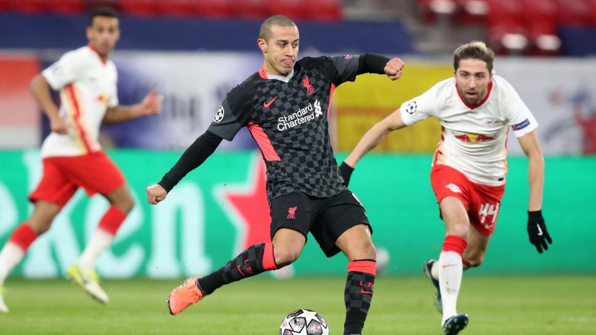 Thiago (vorne, FC Liverpool) im Zweikampf mit Kevin Kampl (RB Leipzig)