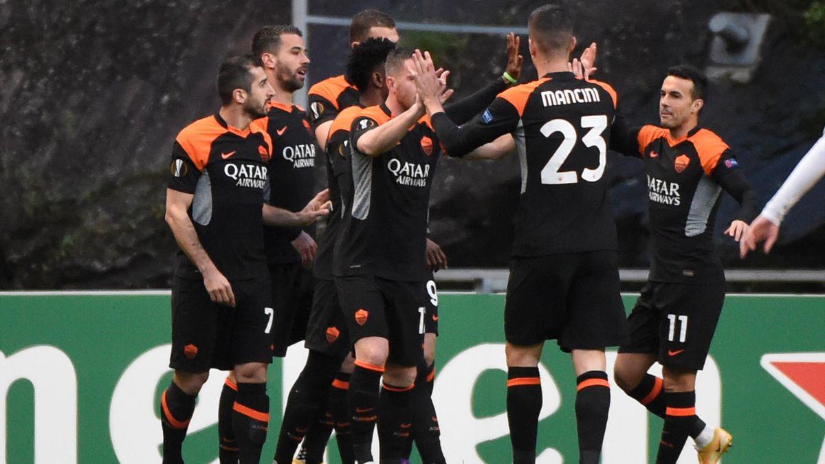La Roma esulta dopo il gol di Dzeko con lo Sporting Braga