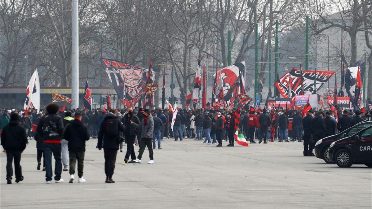 Milan-Inter: tifosi rossoneri fuori da San Siro