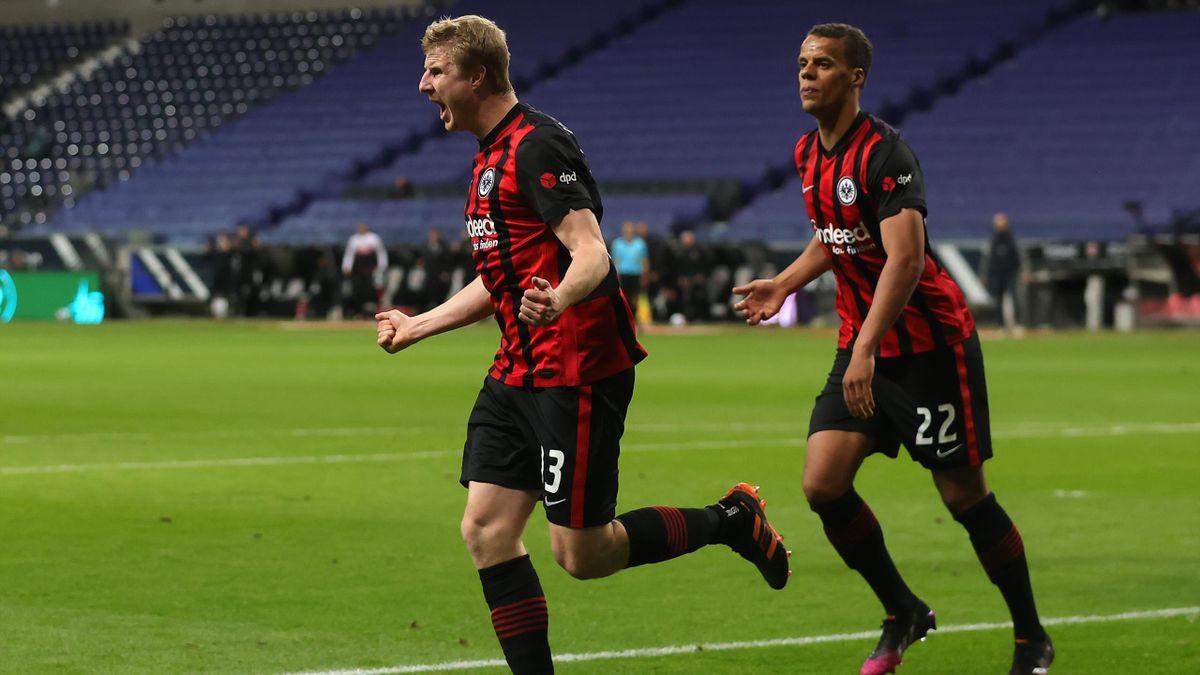 Martin Hinteregger (l.) bejubelt seinen Treffer zum 1:0 gegen den FC Augsburg