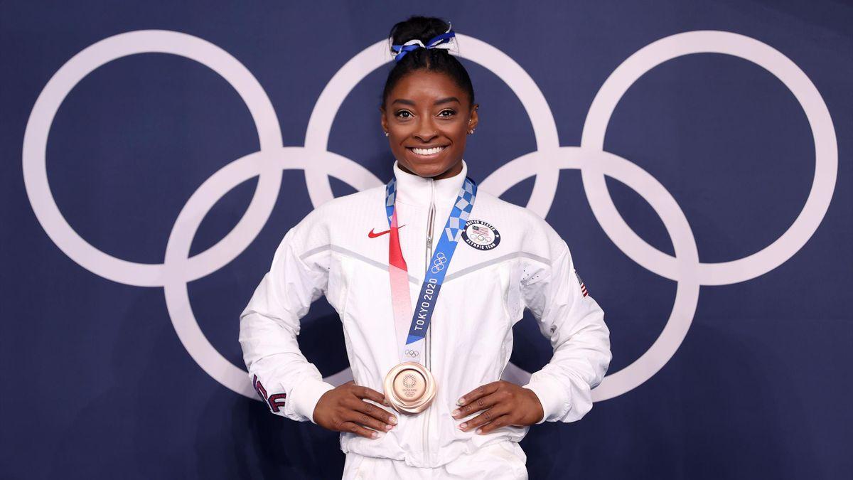 Simone Biles avec sa médaille de bronze sur la poutre