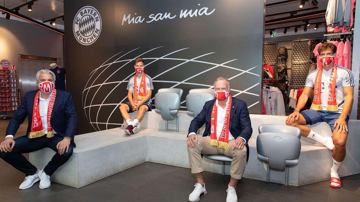 Jucătorii și oficialii lui Bayern Munchen, cu măști. Sursă foto: siteul clubului