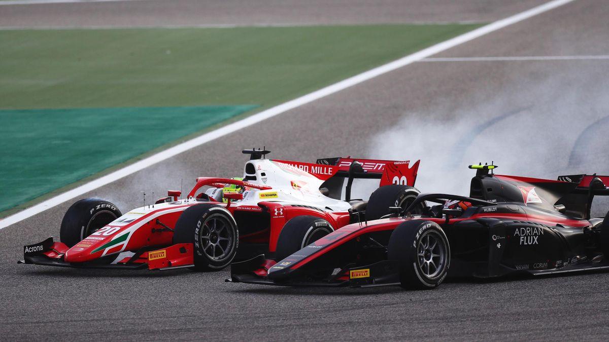 Mick Schumacher (links) beim finalen Saisonrennen in Bahrain