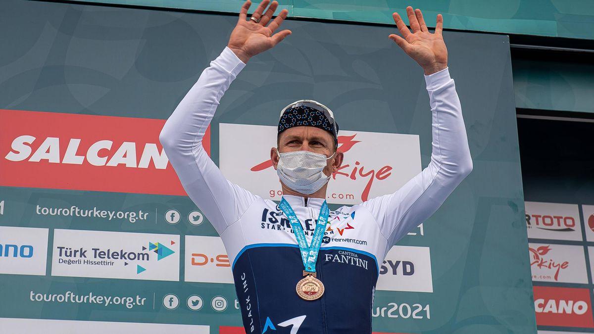 André Greipel sul podio a Konya dopo la 2a tappa del Giro di Turchia 2021 - Imago