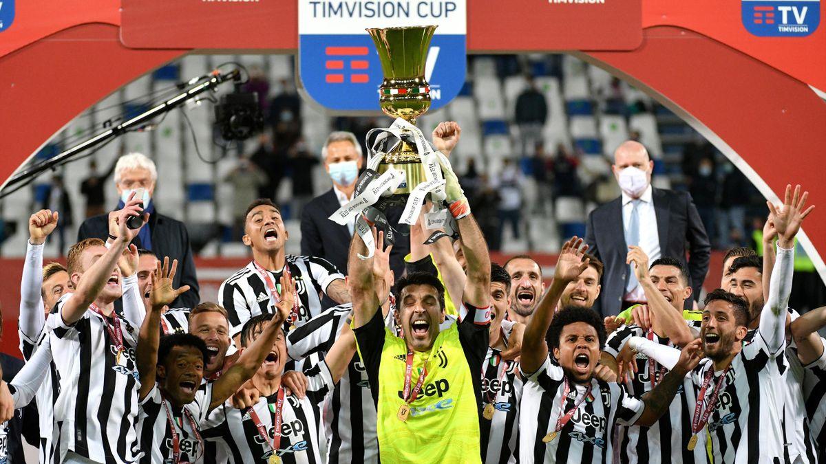 Gigi Buffon alza al cielo insieme ai compagni la Coppa Italia, Atalanta-Juventus, Coppa Italia, Getty Images