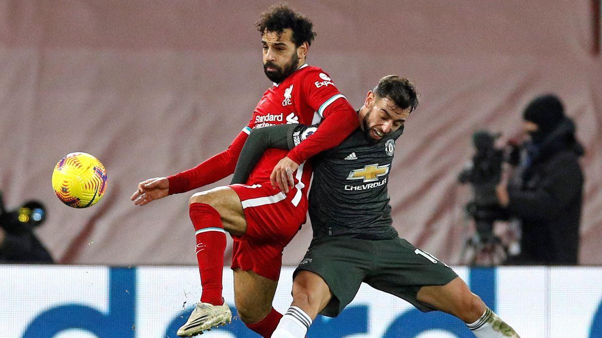 Liverpools Mo Salah (links) im Duell mit Uniteds Bruno Fernandes