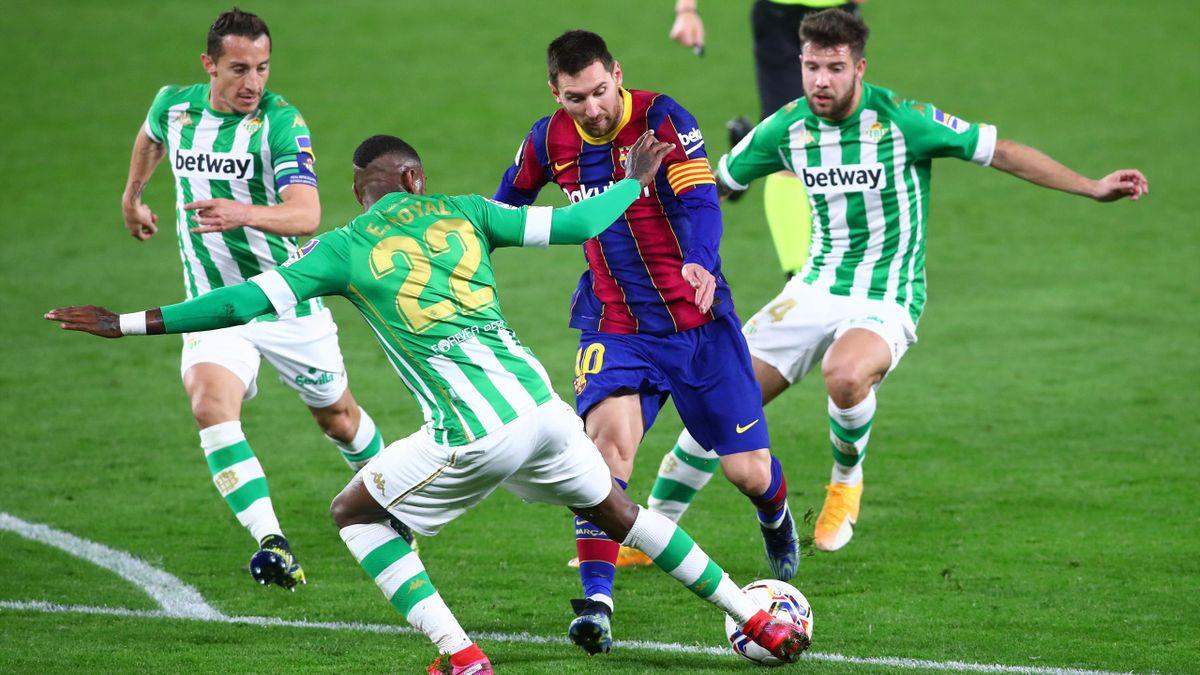 Barça Lionel Messi (3.v.l.) kam bei Betis Sevilla von der Bank aus ins Spiel und traf