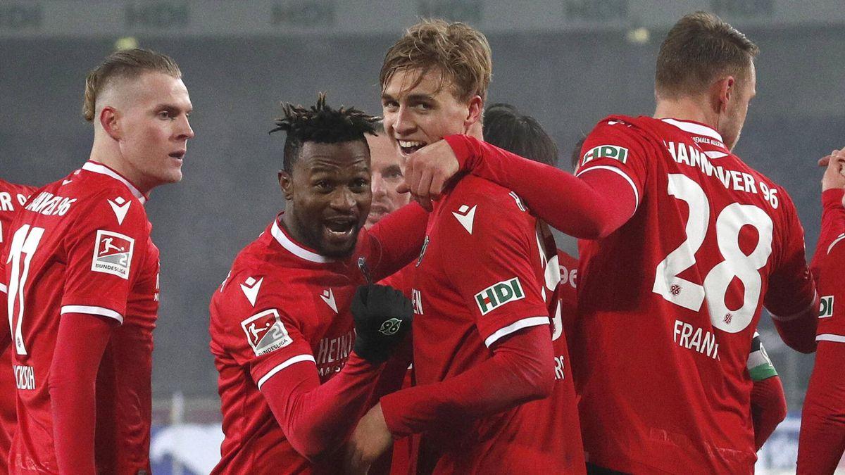 Hannovers Timo Hübers (mitte) köpfte das Siegtor gegen den VfL Osnabrück