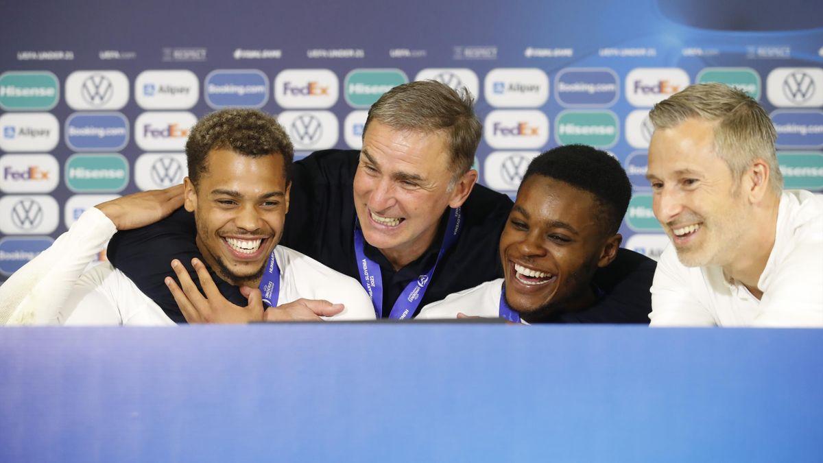 Trainer Stefan Kuntz (2.v.l.) feiert den EM-Titel mit seinen Spielern