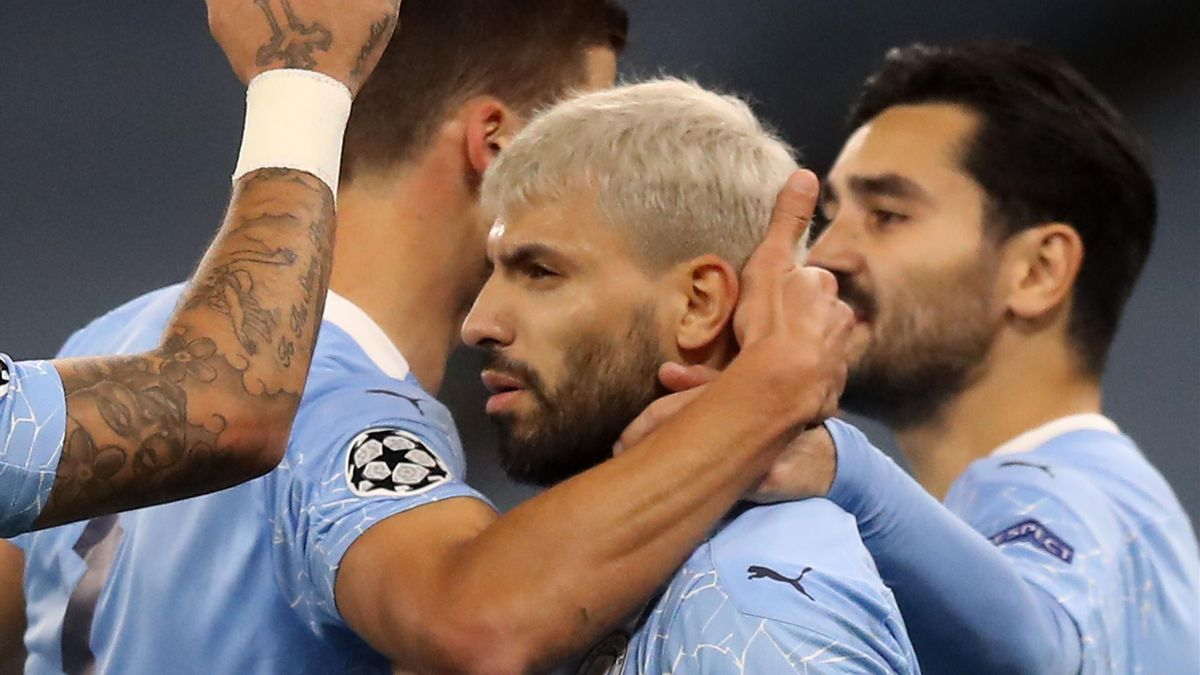 Manchester City's Argentinian striker Sergio Aguero (C) celebrates scoring
