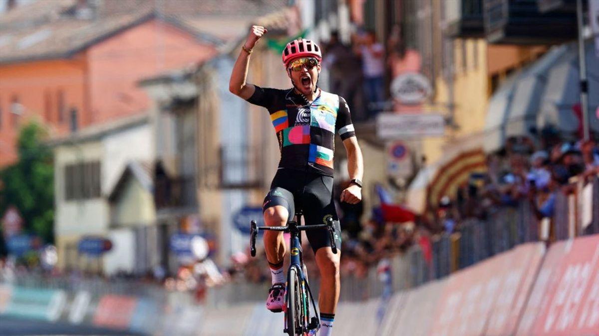 Alberto Bettiol bejubelt seinen Sieg auf der 18. Giro-Etappe