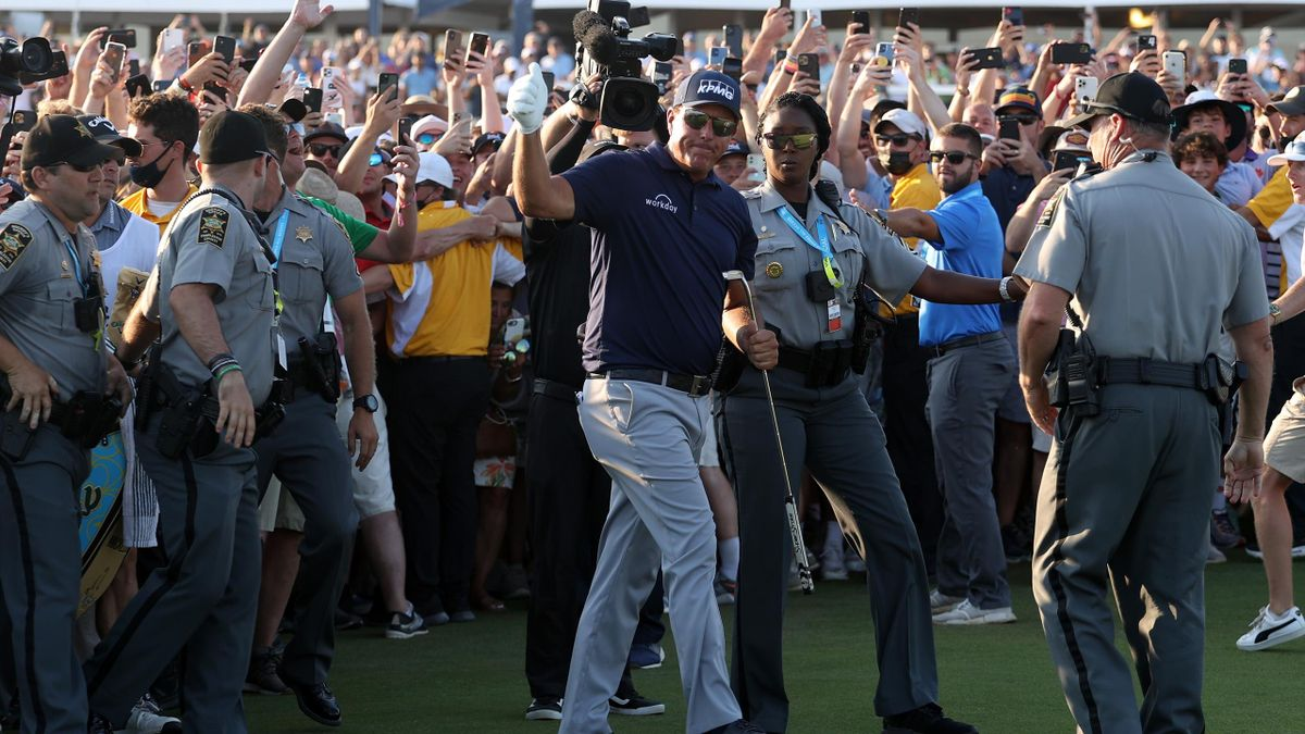 Phil Mickelson (USA) foran publikummassene under PGA Championship søndag.