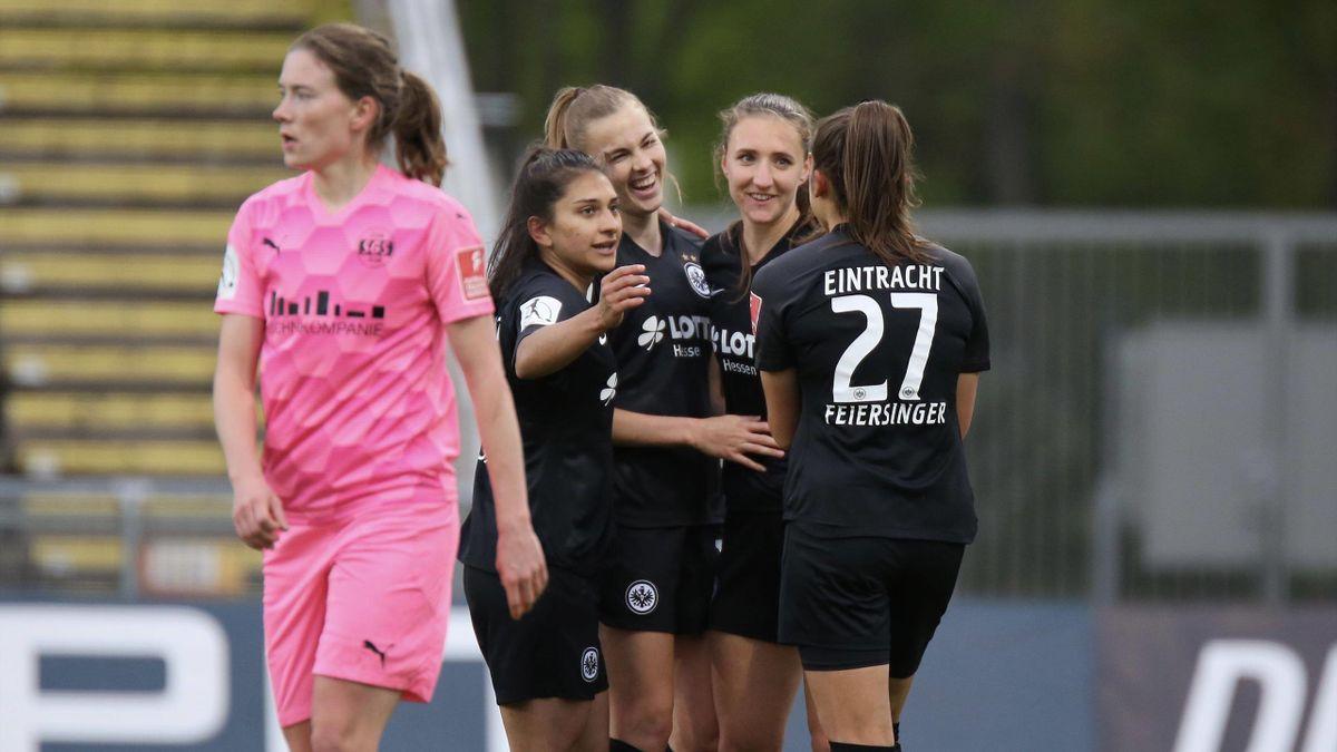 Die Fußballerinnen von Eintracht Frankfurt bejubeln den Sieg gegen die SGS Essen