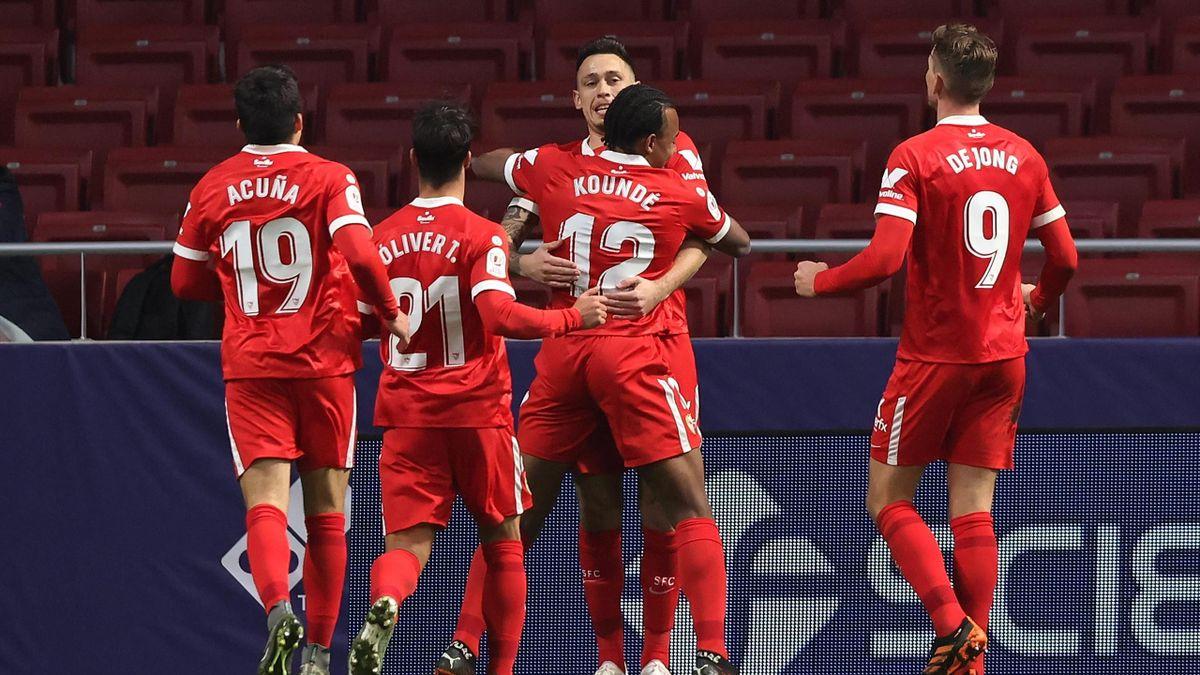 Los jugadores del Sevilla abrazan a Lucas Ocampos