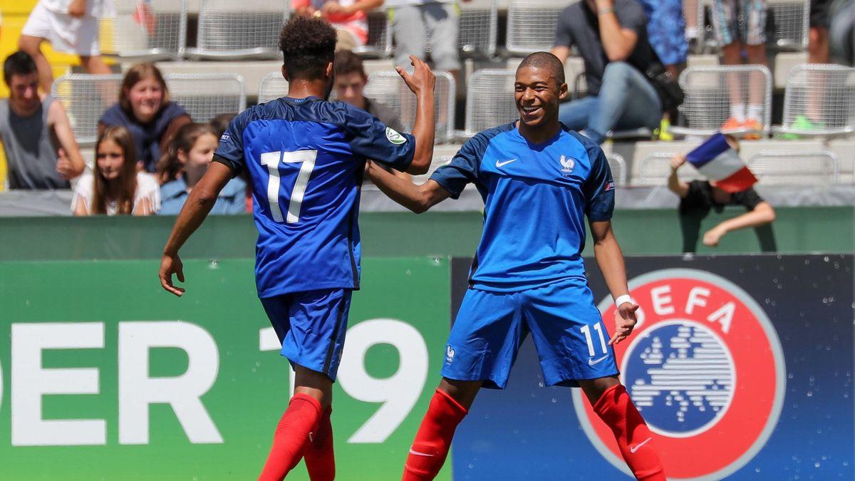 Kylian Mbappe célèbre un but avec l'équipe de France à l'Euro U19