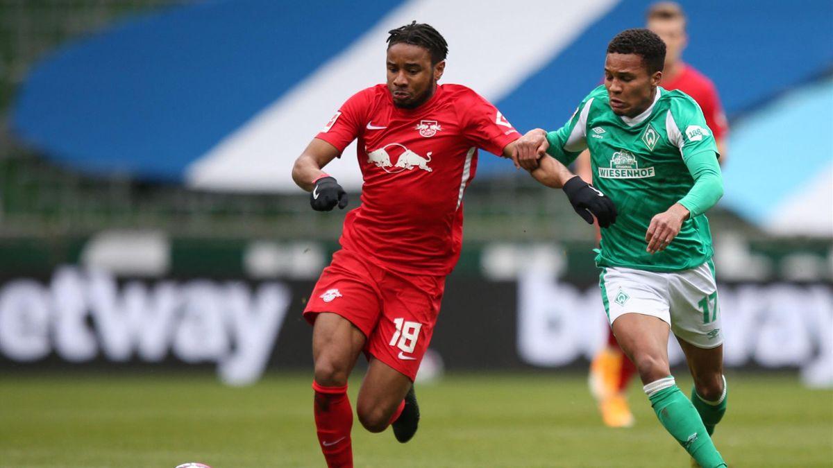 Christopher Nkunku (links; RB Leipzig) im Zweikampf mit Felix Agu (Werder Bremen)