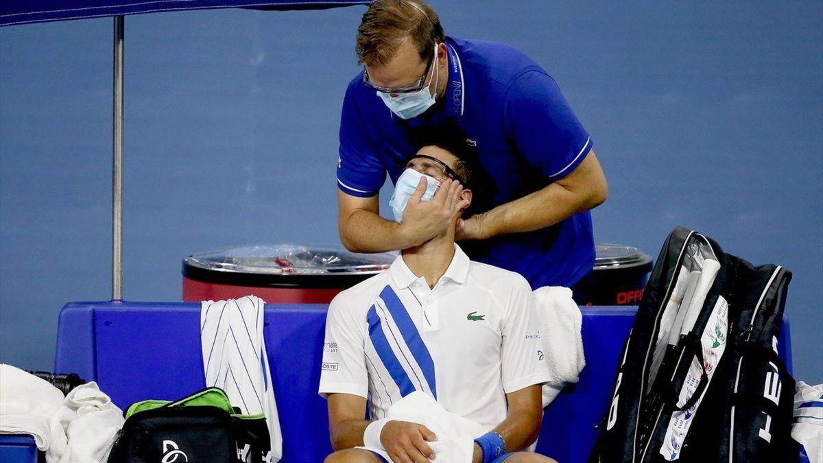 Novak Djokovic behandeld aan zijn pijnlijke nek