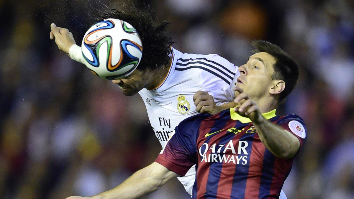 Pepe et Lionel Messi à la lutte lors de la finale de la Coupe du Roi entre le Real et le Barça