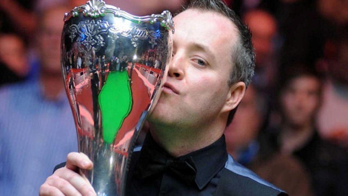 John Higgins 2010 mit dem Siegerpokal