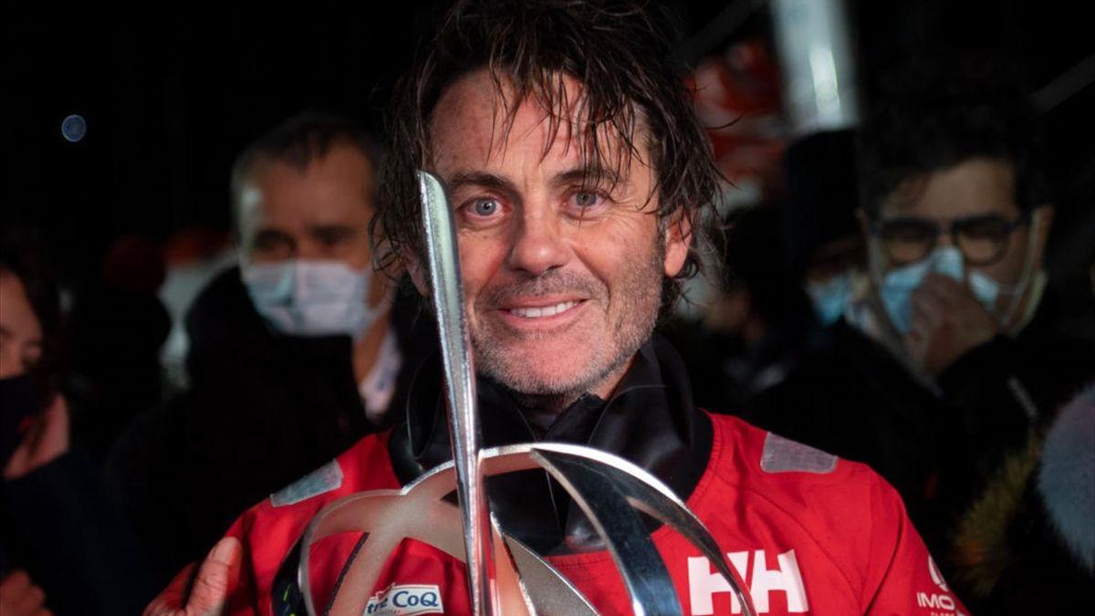 Yannick Bestaven (Maître CoQ IV) avec le trophée de vainqneur du Vendée Globe le 28 janvier 2021