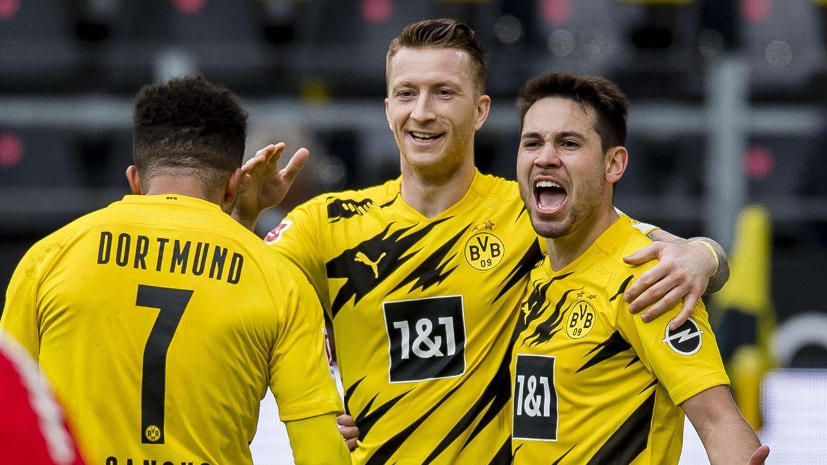 Jadon Sancho of Borussia Dortmund celebrates scoring his goal to the 3:2 during the Bundesliga match between Borussia Dortmund and RB Leipzig at the Signal Iduna Park