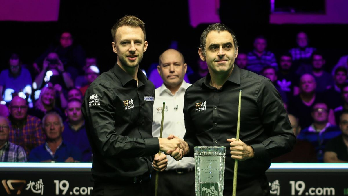 Judd Trump (L) of England shakes hands with Ronnie O'Sullivan of England