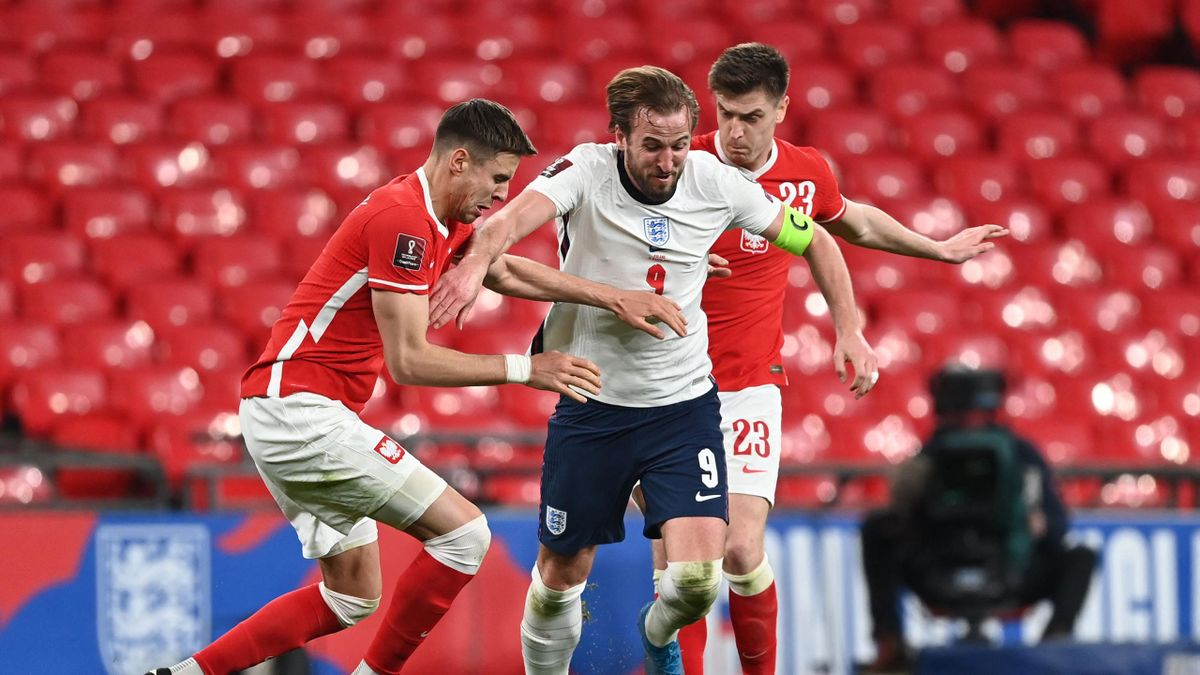 England's striker Harry Kane (C) takes on Poland's defender Jan Bednarek (L) and Poland's forward Krzysztof Piatek (R) during the FIFA World Cup Qatar 2022 Group I qualification football match between England and Poland at Wembley Stadium in London on Mar