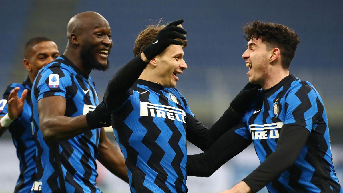Nicolò Barella abbraccia Alessandro Bastoni, Inter-Juventus, Getty Images