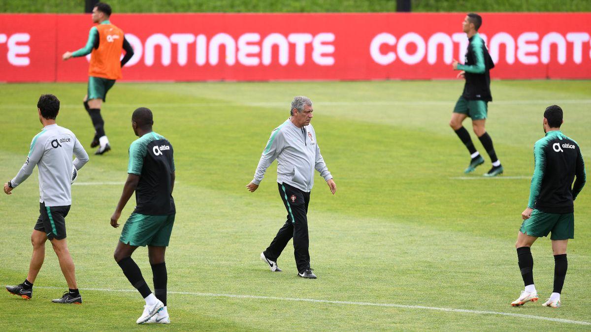 """Fernando Santos (au centre) à l'entraînement de """"son"""" Portugal le 5 juin 2018."""