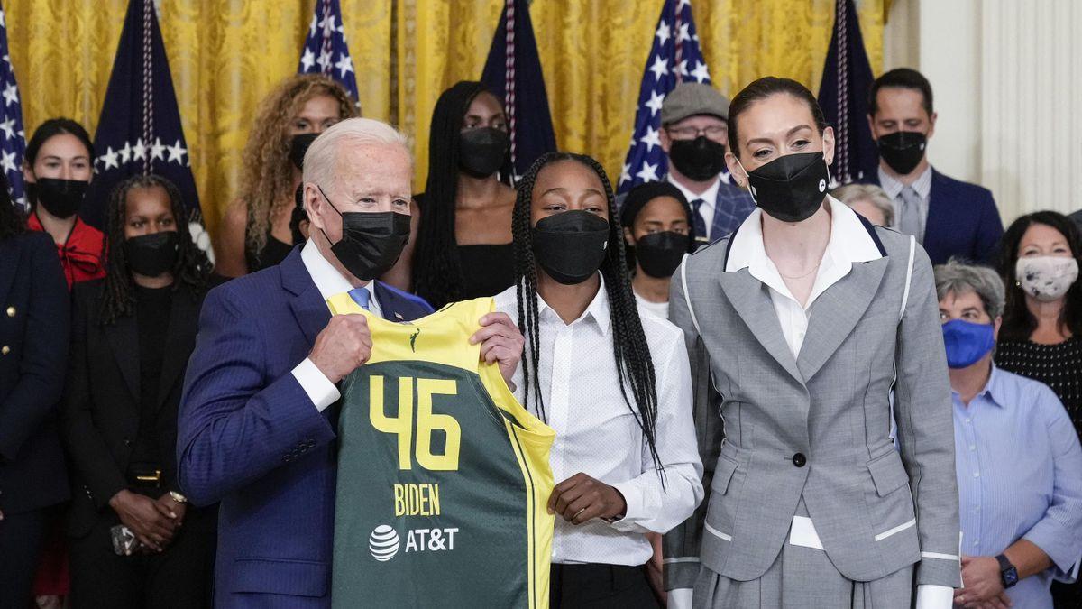 Joe Biden az ajándékba kapott mezével