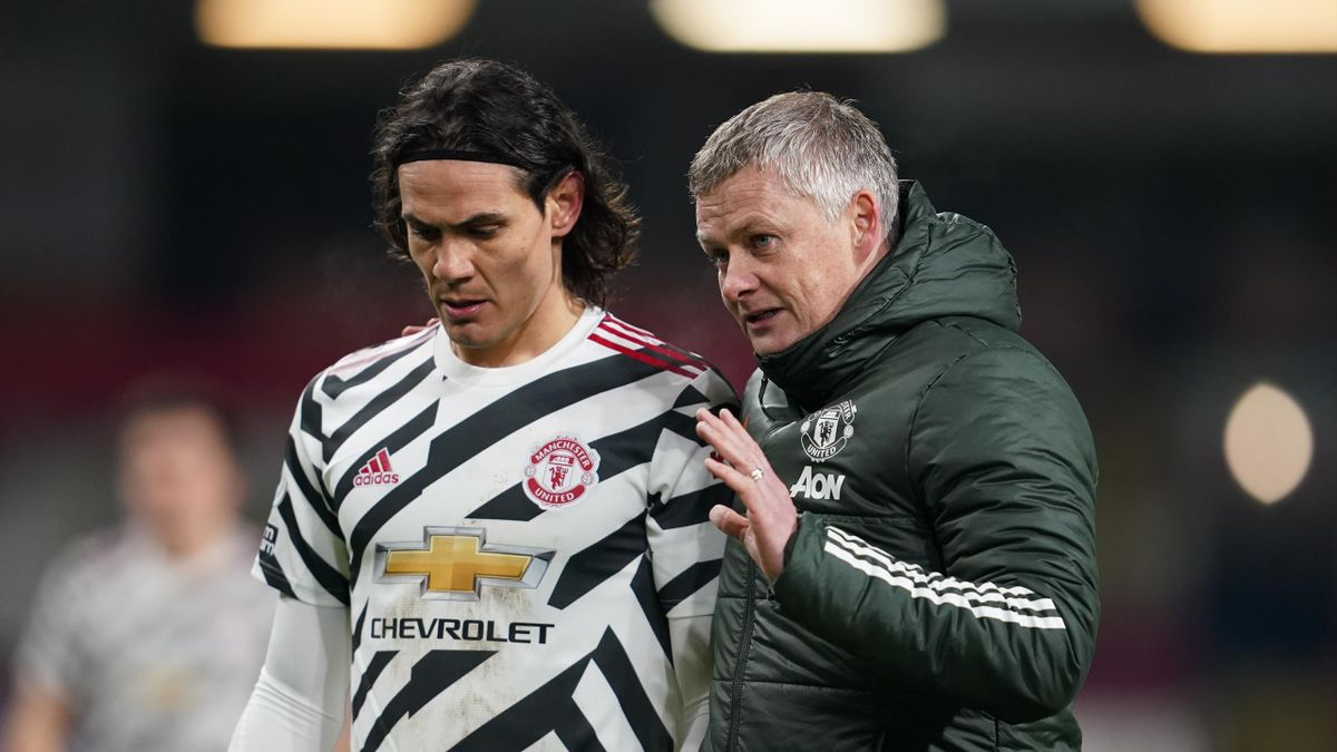 Ole Gunnar Solskjaer, Manager of Manchester United talks with Edinson Cavani of Manchester United during the Premier League match between Burnley and Manchester United at Turf Moor on January 12, 2021 in Burnley, England.