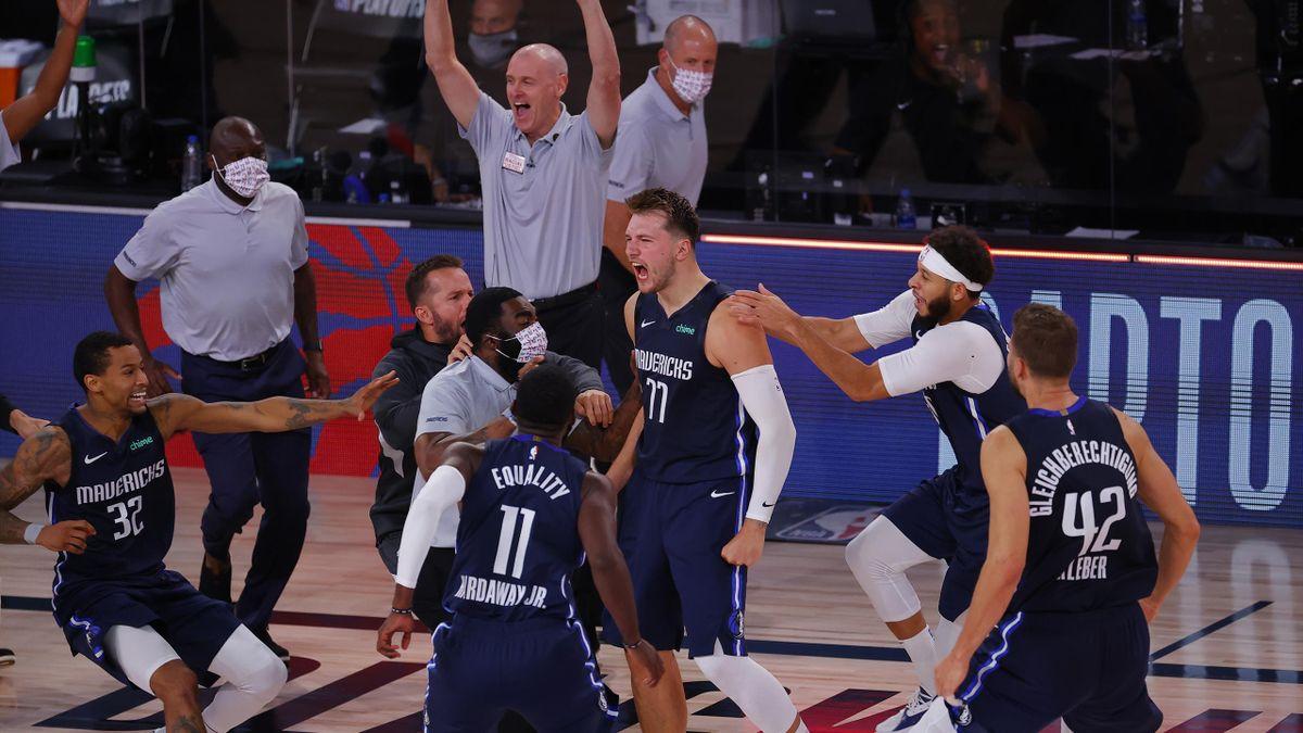 Luka Doncic (mitte, Nummer 77) ließ die Dallas Mavericks mit seinem Siegtreffer jubeln