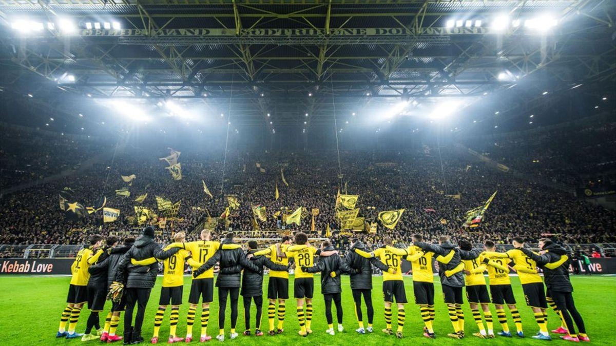 Die BVB-Spieler feiern im Januar vor der Südtribüne mit ihren Fans. Wann wird es solche Bilder wieder geben?