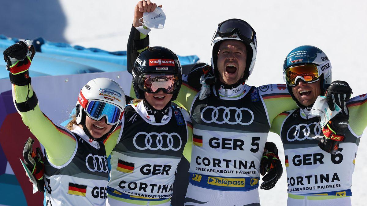 Jubel über Bronze im Team-Wettbewerb: Das deutsche Team mit Andrea Filser, Emma Aicher, Stefan Luitz und Alexander Schmid (v.l.n.r.)