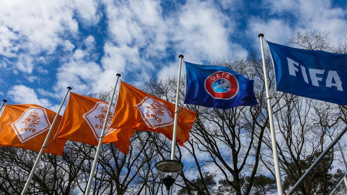 Les drapeaux des instances du football au siège de la Fédération néerlandaise, à Zeist
