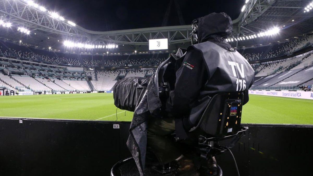 Un cameraman al lavoro durante una partita di Serie A