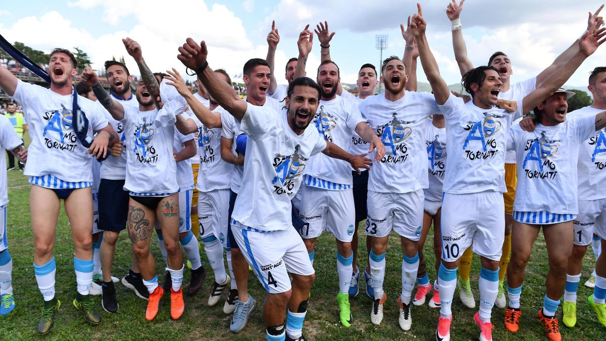 La festa dei giocatori della Spal dopo la partita contro la Ternana e la promozione in Serie A. Ternana-Spal 2-1, Serie B 2016-2017 (LaPresse)