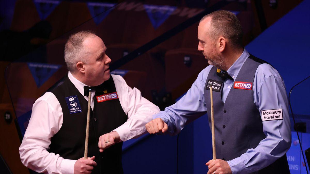 John Higgins (links) und Mark Williams bei der Snooker-WM 2021