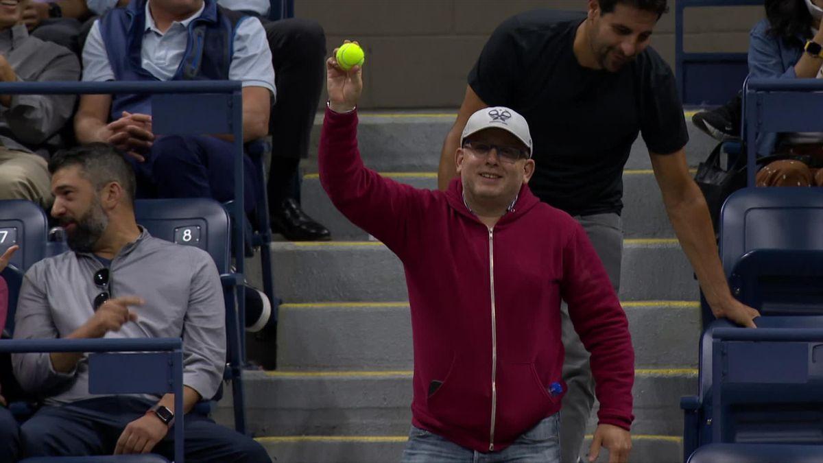 US Open   Toeschouwer regelt souvenir door na smash bal te vangen