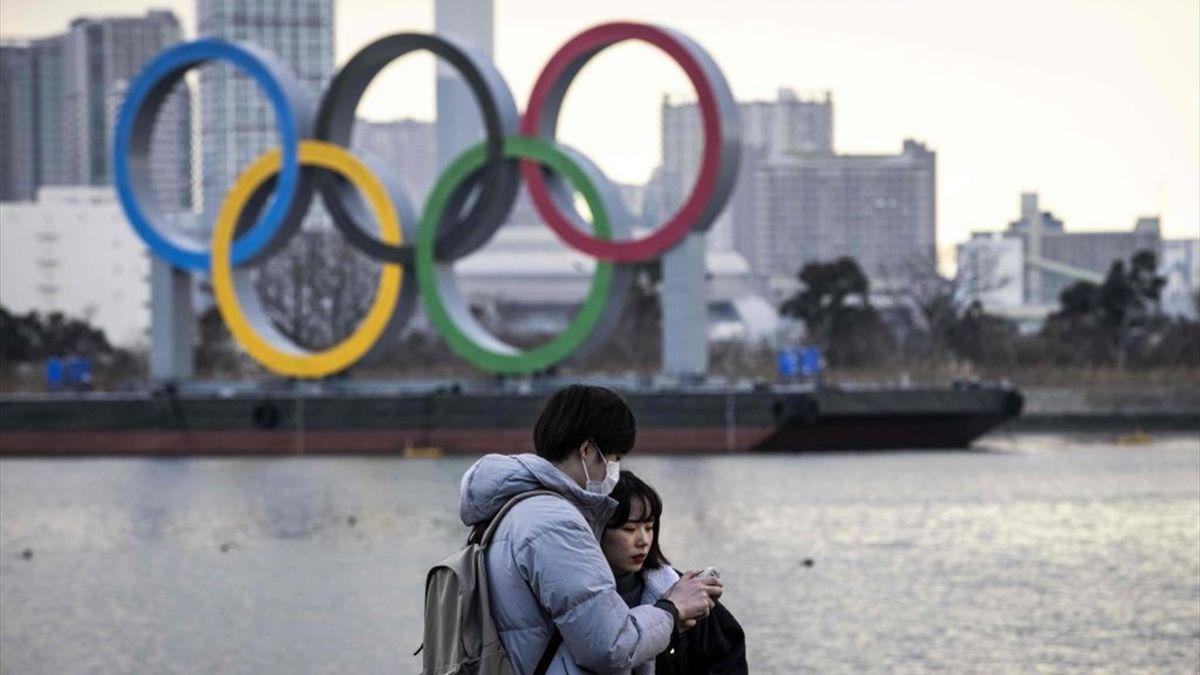 Deux Japonais masqués, comme un symbole à plusieurs mois de JO incertains à Tokyo