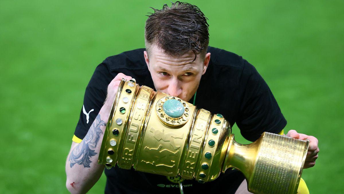 Marco Reus küsst den DFB-Pokal - Borussia Dortmund