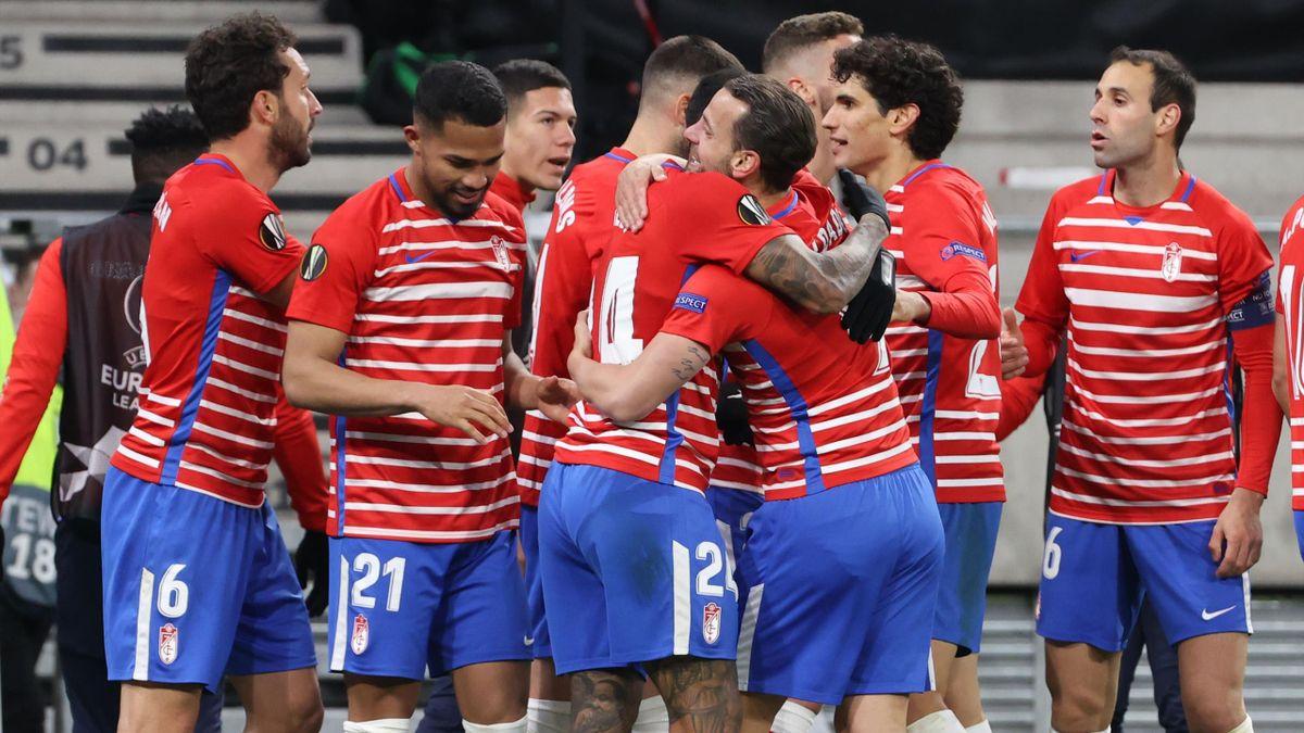 Los jugadores del Granada celebrando el gol de Soldado.