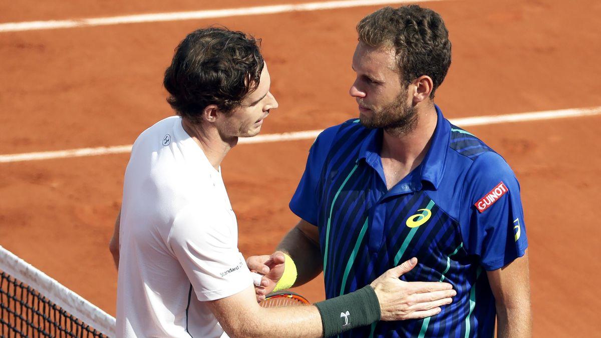 Andy Murray et Mathias Bourgue à l'issue de leur match du 2e tour à Roland-Garros, mercredi 25 mai 2016