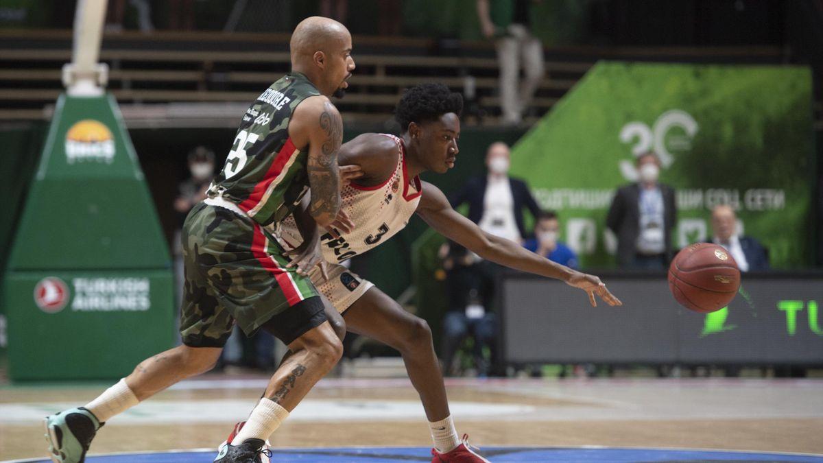 Le jeune espoir de Monaco Rudy Demahis face à l'Américain Jordan Theodore (Unics Kazan) lors du match 2 de la finale de l'Eurocup de basket