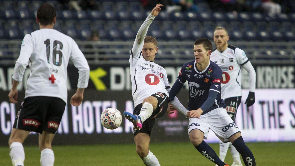 Odds Thomas Grøgaard i duell med Stian Michalsen under eliteseriekampen i fotball mellom Viking og Odd på Viking stadion.
