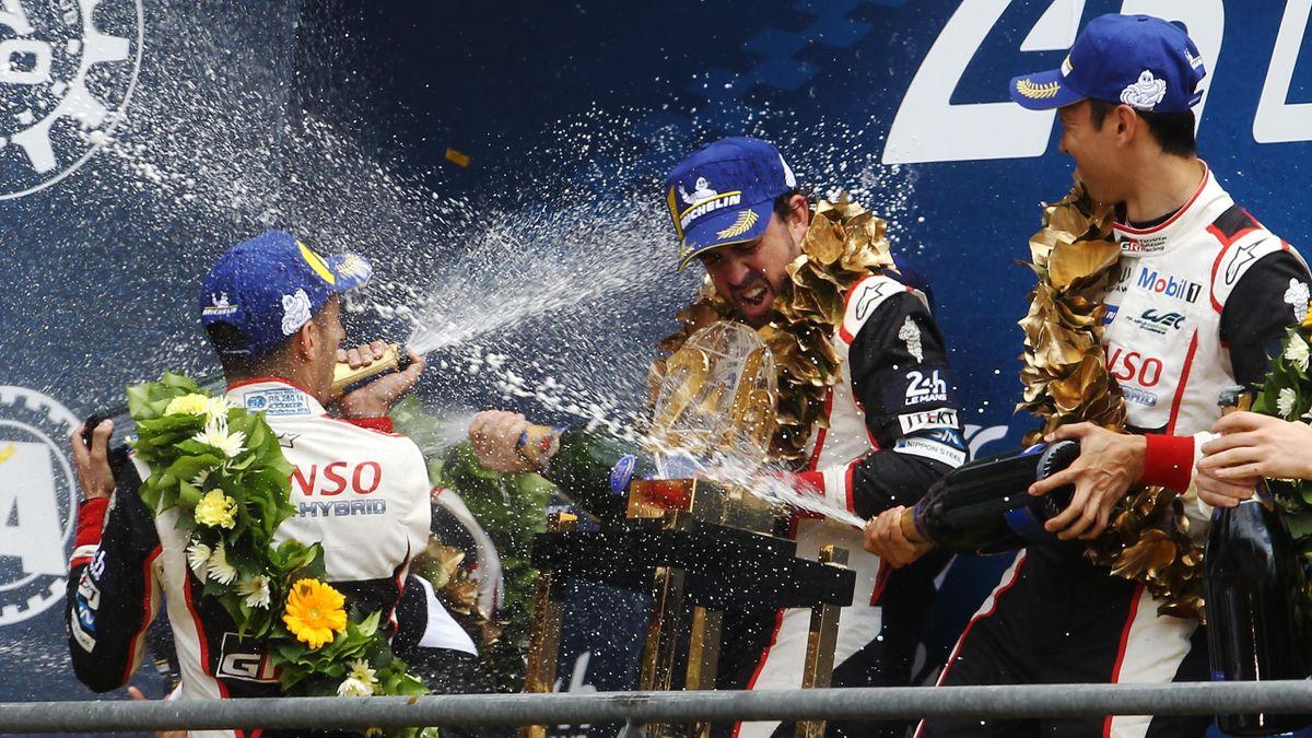 Alonso celebrando la victoria en las 24 Horas de Le Mans