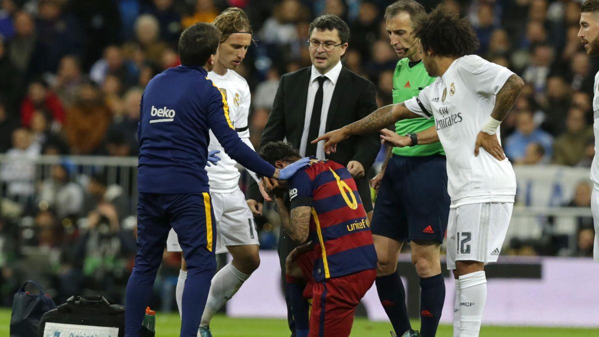 Dani Alves se duele tras el codazo de Cristiano Ronaldo