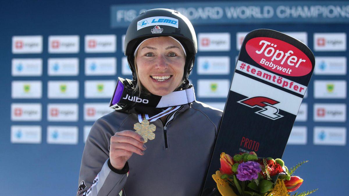 Snowboarderin Selina Jörg freut sich über ihre Goldmedaille im Parallel-Riesenslalom bei der WM 2021 in Rogla