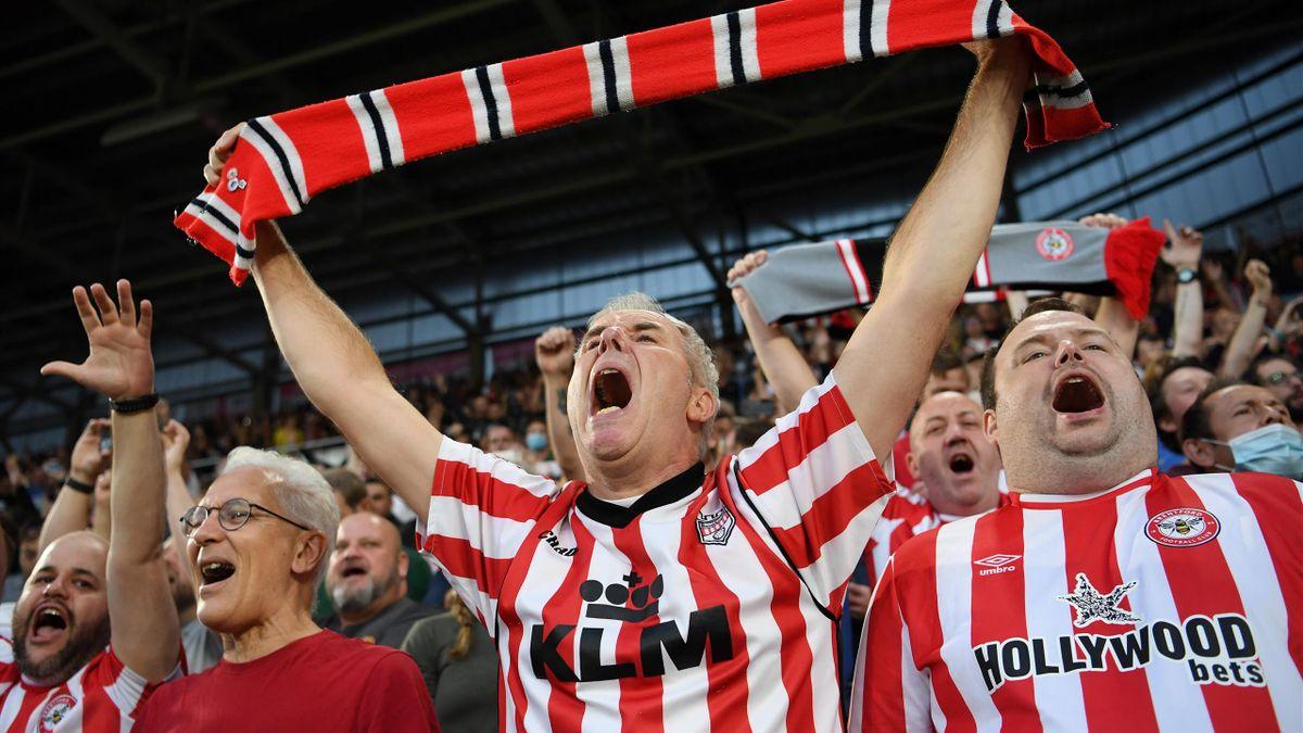 Suporterii lui Brentford, în timpul partidei cu Arsenal din 13 august 2021